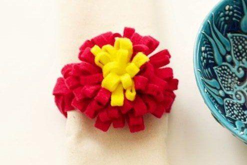 Você pode fazer anel de guardanapo com feltro e com cores bem vibrantes para alegrar os seus convidados durante as suas refeições.