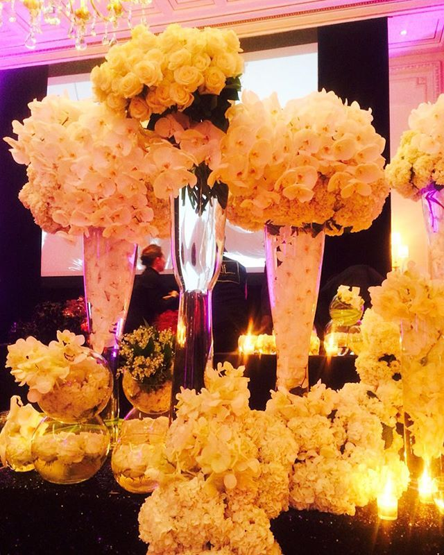 Boa noite com esses arranjos maravilhosos do simply the best @jeffleatham It was a very nice experience today at the #FlowerClass #teamleatham #fshotel #inspiração #inspiration #thejeffleathamexperience #flowers #instadecor #instaflowers #decoracao #decoration #blulen #flores #noivas #casamento #designdeinteriores #design #arranjos #decorinparis