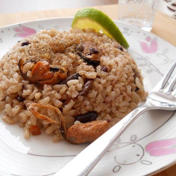Mezeci Zeynep'ten Midyeli Pilav;   İşte Mezeci Zeynep'ten bir İstanbul klasiği daha, bilenler bilir midyeli pilav balık sofralarına çok yakışır, çilingir sofralarında ise başarılı bir mezedir. Bütün zeytinyağlı yemeklerimde olduğu gibi bu pilavda da sadece Edremit yöresine ait sızma zeytinyağı kullanılmaktadır.