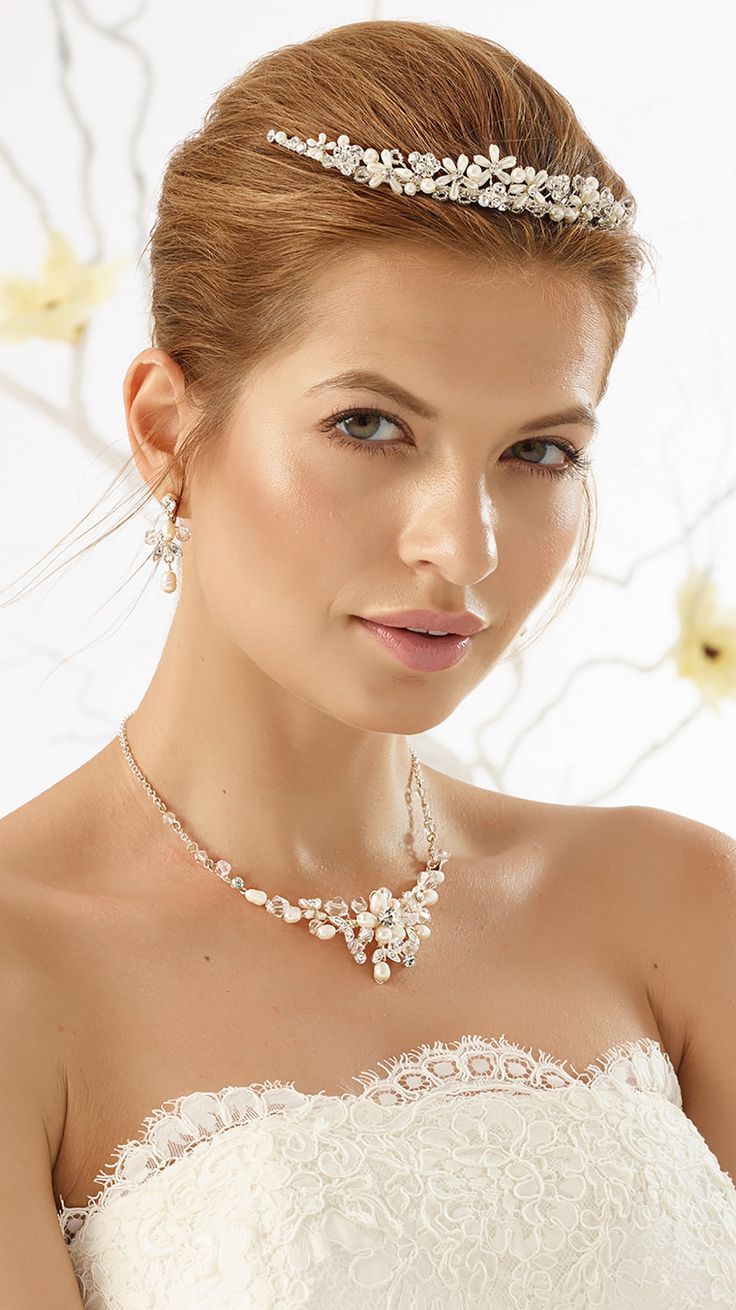 Shining tiara D33 and stunning necklace N25 with earrings from Bianco Evento #biancoevento #hairstyles #weddingaccessories #hairjewellery #jewellery #weddingjewellery #weddingideas #bridetobe