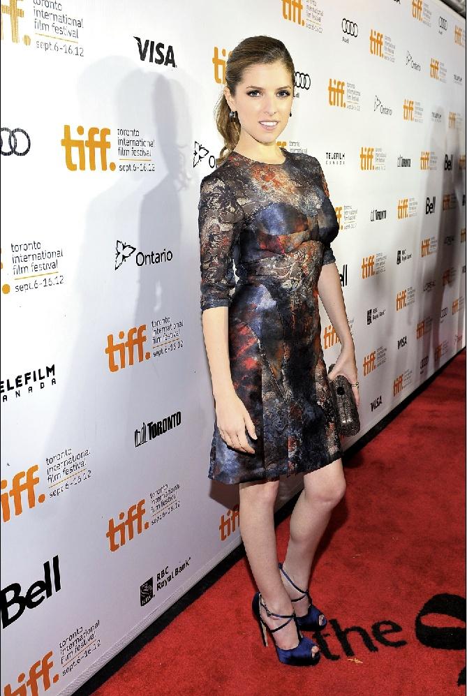 """Anna Kendrick a """"The Company You Kepp"""" című film bemutatóján, Mulberry ruhában.  forrás: instyle.hu"""