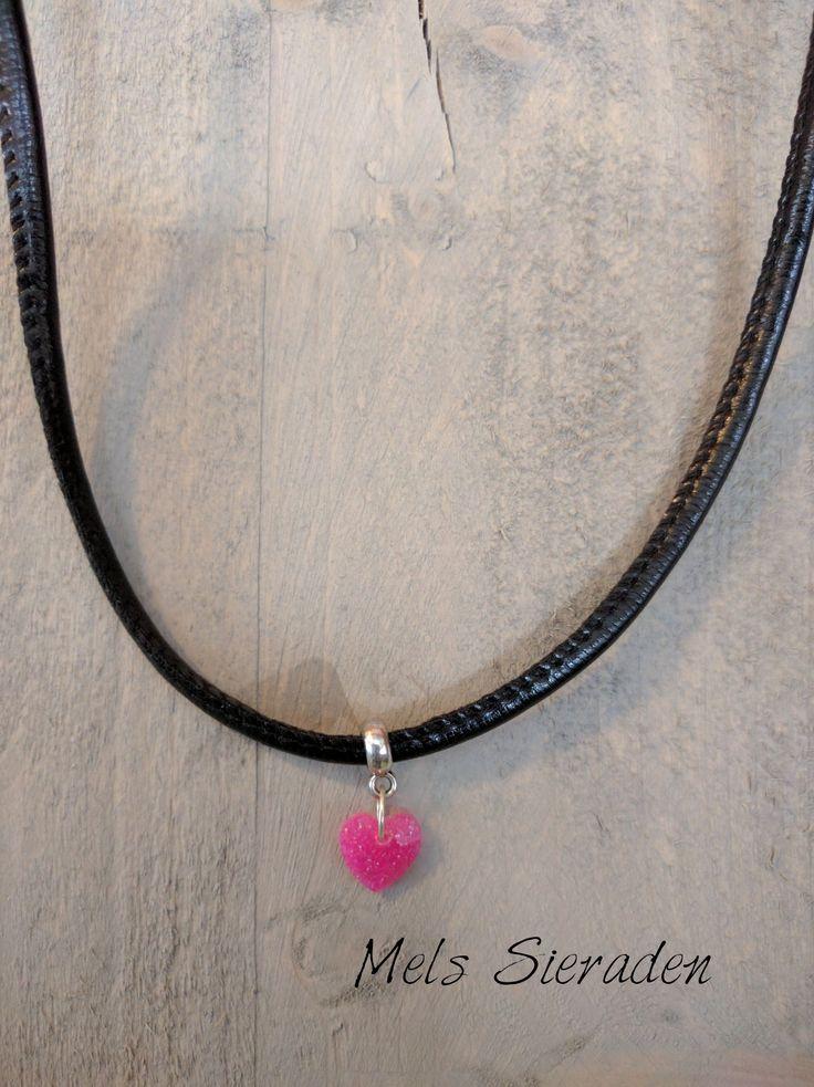 Lederen ketting met roze hanger gemaakt van hars