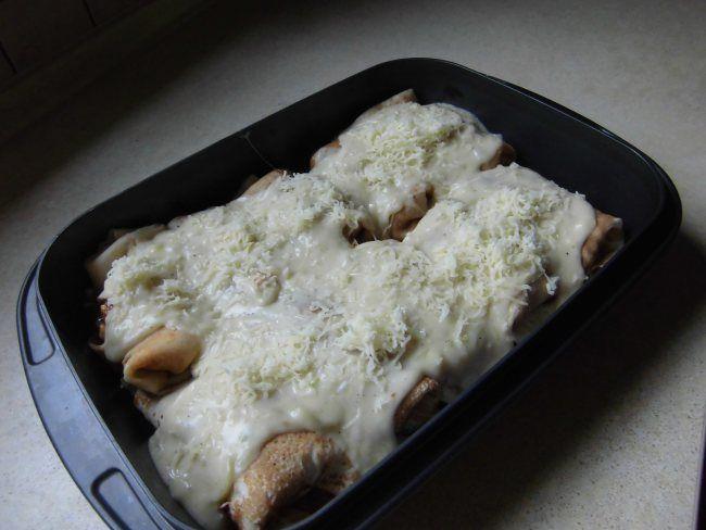 Naleśniki z pikantnym nadzieniem z surówką z sałaty lodowej