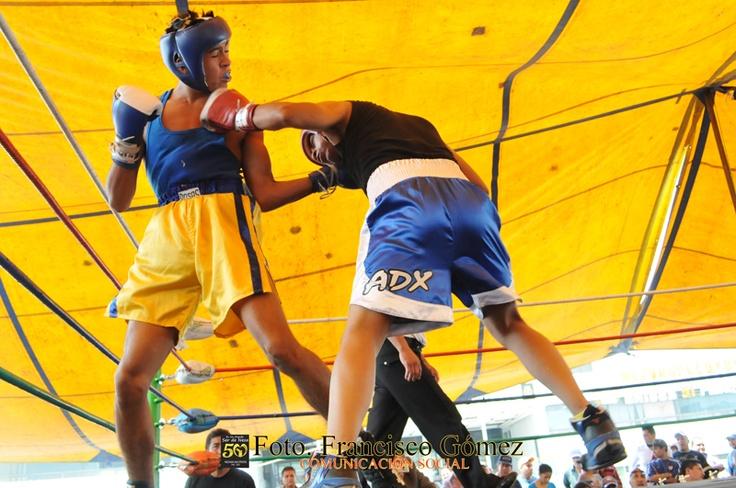 Nezahualcóyotl, Méx. 22 Abril 2013. En el duelo entre Jorge Rueda vs Omar Aguilera (de negro blanco y azul), el primero se llevó el triunfo.                                                                                                                                                                               Foto. Francisco Gómez