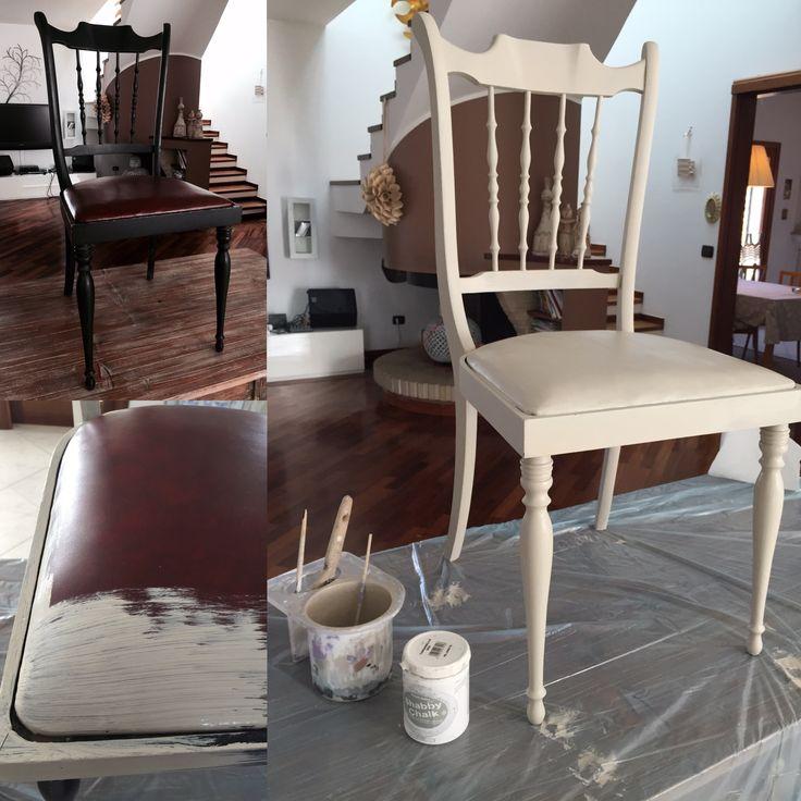 Sedia vintage degli anni 50 in legno laccato nero e seduta in similpelle, recuperata con le chalk shabby della Decorlandia. Realizzazione Cristina Marongiu