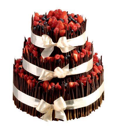 Speciální dort 12 Třípatrový dort, o rozměrech 18 cm, 24 cm a 32 cm, dozdoben hnědými čokoládovými ruličkami, čerstvým ovocem a saténovou stuhou.