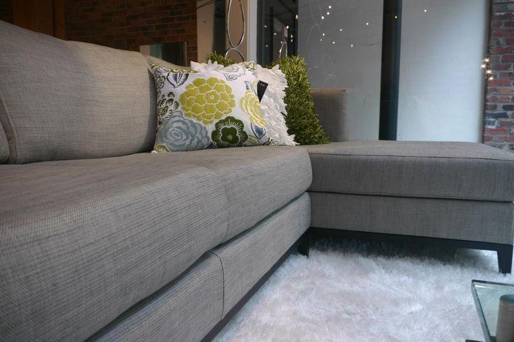 #tipsZientte: Colores neutros como el gris son facilmente combinables. Pueden ser contrastados con casi cualquier nota de color que se desee agregar. En este hermoso sofa modular se combino con cojines de tonos verdes, expresa frescura sin dejar de ser una combinación estimulante. Zientte, muebles contemporáneos.