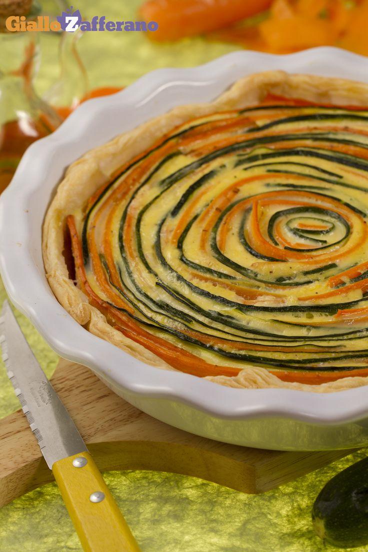 Una TORTA SALATA DI VERDURE semplice, colorata e scenografica! Qui la #ricetta #GialloZafferano: http://ricette.giallozafferano.it/Torta-salata-di-verdure.html #italianfood #italianrecipe