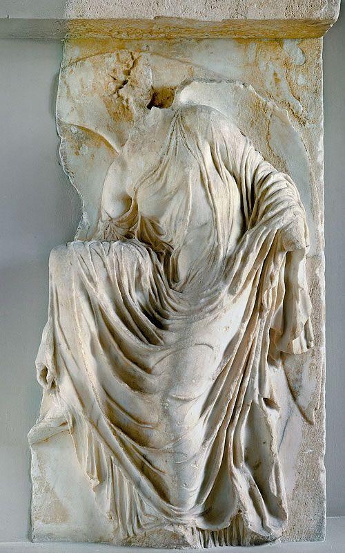 Nike rozwiązująca sandał – Nike powstała ok. 409-406 p.n.e płaskorzeźba wykonana w V w. p.n.e., w okresie klasycznym sztuki starożytnej Grecji. Pierwotnie znajdowała się w świątyni Ateny Nike na Akropolu, obecnie w Muzeum Akropolu w Atenach.