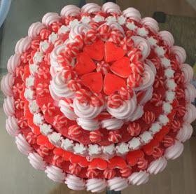 Esta es la tarta de chuches que coronaba la mesa dulce . Sigo pendiente de hacer un c urso de fotografía, es una pena porque las fotos no...