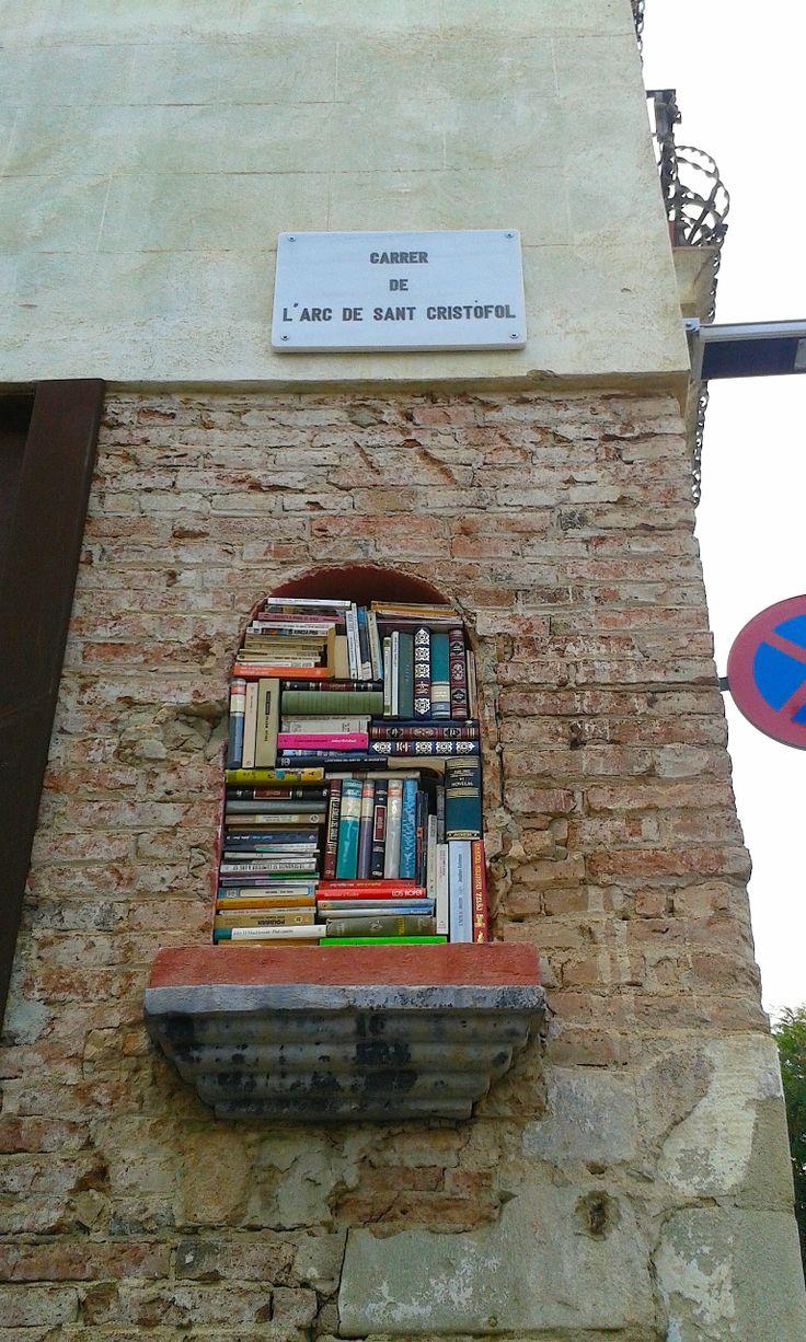 Hornacina de santo llena de libros, Barcelona centro, Foto Mabel Ruiz