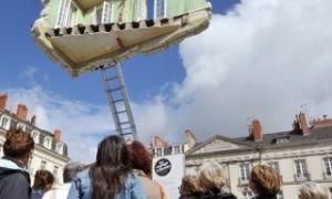 В стране проходят сразу два фестиваля современного уличного искусства: «Estuaire» и «Le Voyage a Nantes». Раз в два года город Нант превращается в площадку для воплощения самых сюрреалистичных задумок художников. В общественных местах, доступных любому прохожему, вдруг возникают масштабные и крайне необычные инсталляции