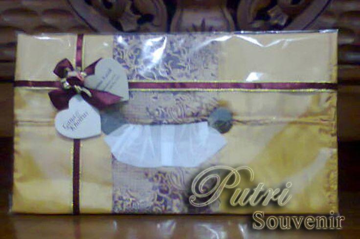 Souvenir Tempat Tissue Satin BatikDengan fungsi utama sebagai sarung tempat tissue, Putri Souvenir menciptakan produk yang di beri nama tempat tissue Satin Batik. Dengan bahan utama kain satin yang di kombinasikan dengan kain batik.