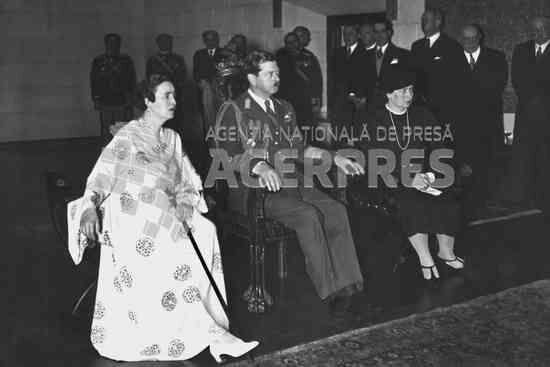 Carol al II-lea la inagurarea Palatului Elisabeta din Șoseaua Kiseleff octombrie 1937. Cu primele două surori, Elisabeta (Lisabeta) şi Maria (Mărioara, Mignon).