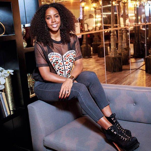 Известная певица Келли Роуленд (Kelly Rowland) демонстрирует преимущества нового джинсового тренда, укороченные джинсы с необработанным низом. Смотрится нежнее и женственнее, как своего рода бахрома. Все именитые бренды предложили свою интерпретацию этого тренда не только этим летом, но и следующим. В JiST представлено несколько вариантов подобных джинсов, отличающихся по силуэту. Ведь главное - «чтобы костюмчик сидел».