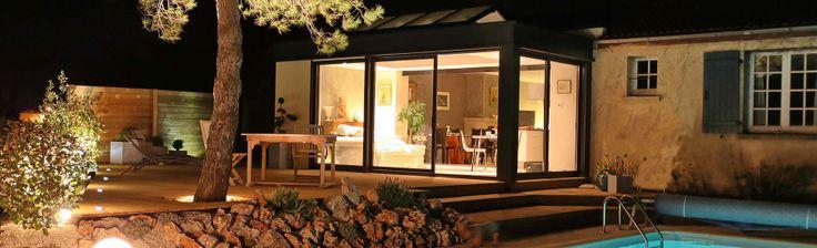 extanxia, véranda concept alu, vue extérieur avec grande terrasse et piscine dans la nuit