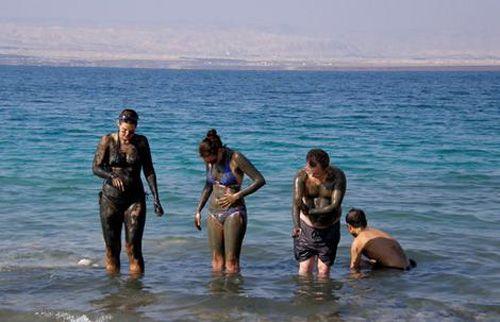 Entre Cisjordania, Israel y Jordania se encuentra el Mar Muerto. Este mar en realidad es un lago de agua salada al que llegan las aguas del río Jordán. Las aguas de este mar son ricas en calcio, magnesio, potasio y bromo, entre otros elementos. Debido al exceso de salinidad de sus aguas, impide a un ser humano hundirse de forma normal. Actualmente despierta un gran atractivo turístico al ser considerado el mayor spa natural del mundo. https://www.youtube.com/watch?v=fBZdnnoOXHQ