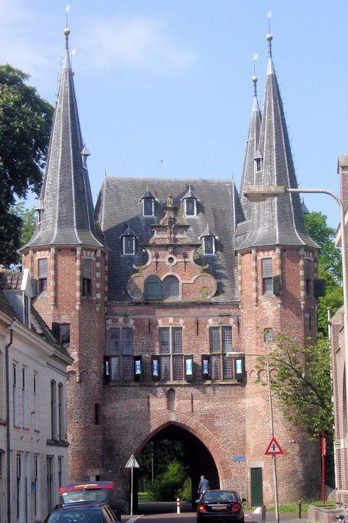 Via het stadspark kom je dus bij de imposante Broederpoort met vier spitse hoektorentjes en blauw-witte luiken. De poort kwam in 1468 gereed, maar kreeg na een ingrijpende verbouwing in 1619 zijn huidige uiterlijk. Tijdens deze verbouwing werden de torens verhoogd en het poortgebouw voorzien van vensters, een schilddak, een mezekouw aan de landzijde en een topgevel aan de stadszijde. In 1714 werd de opening nog verbouwd tot een korfboog. Bij een restauratie kregen de torens een Kampen