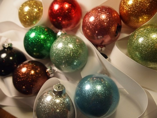 DIY Christmas Glitter balls.  The glitter is on the inside... not on your hands!: Glitter Ornaments, Ornaments Tutorials, Christmas Crafts, Baubles Ornaments, Handmade Christmas, Christmas Baubles, Christmas Ornaments, Christmas Trees, Diy Christmas