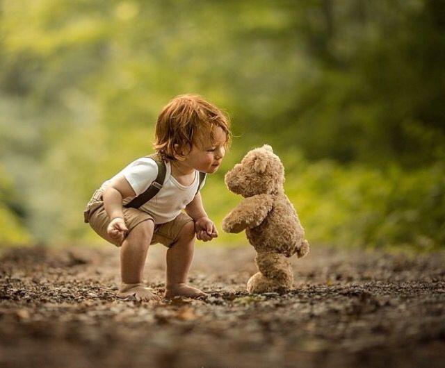 So cute! Ein kleines Kind mit seinem Teddy…