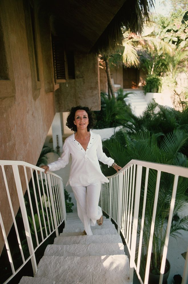Gloria-Guinness, 1975 - photo by Slim Aarons. Look like this.