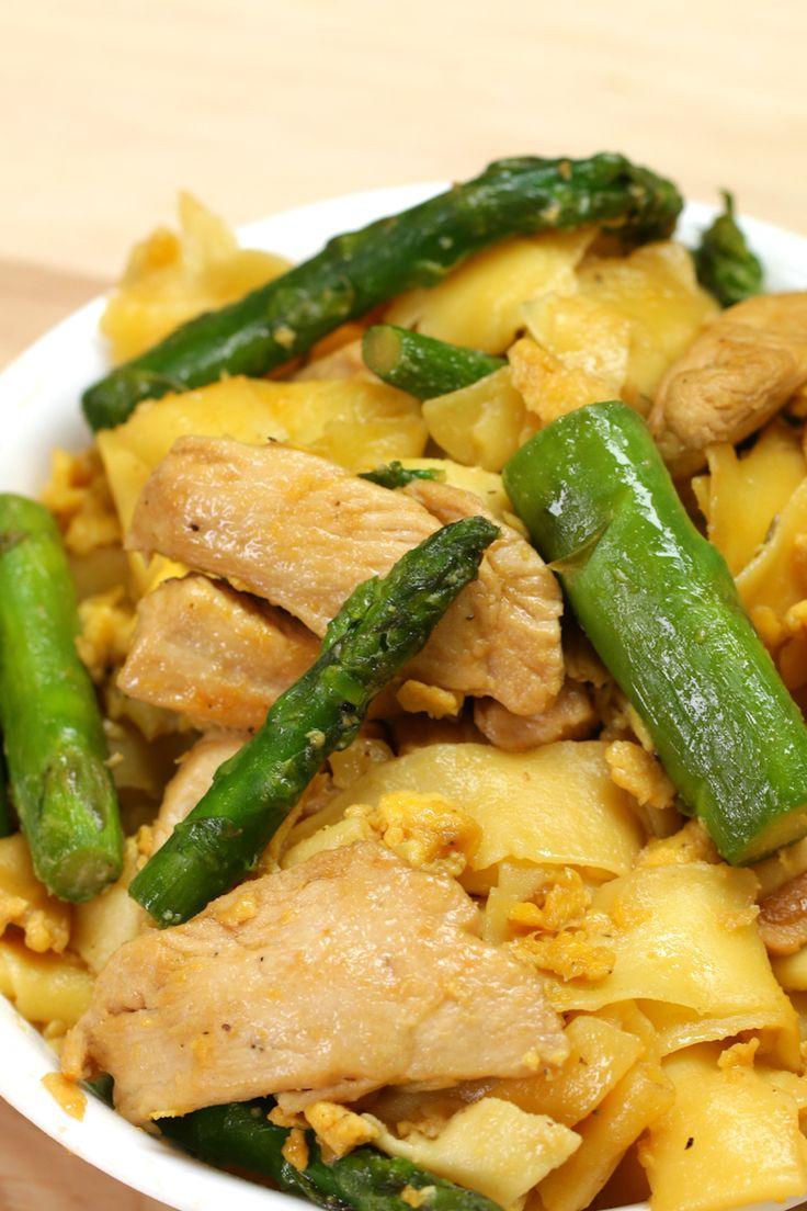 Macarrão com frango, ovo e aspargos