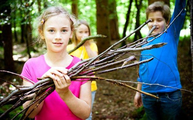 Některé děti nemilují tábory, ale táborové hry mají rády bez rozdílu všechny. Když s nimi budete někde na dovolené, připravte s ostatními rodiči hru, která dětem zpestří jinak nudný pobyt s rodiči.