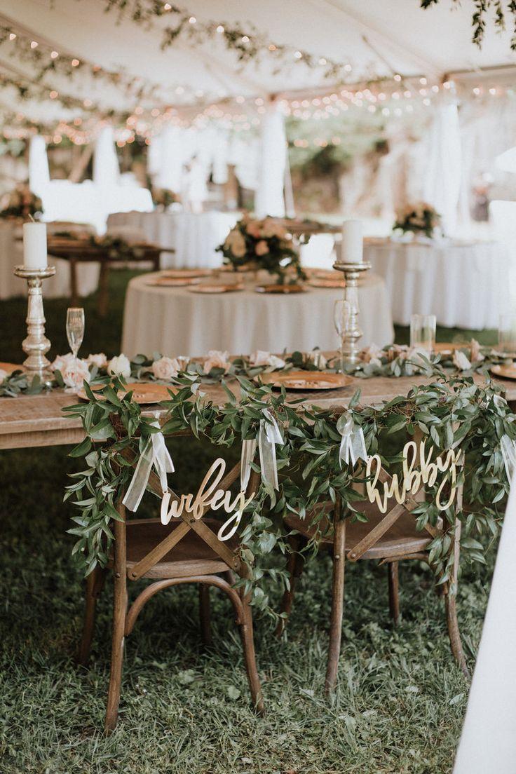 Natürliche + ätherische Hochzeit Inspiration / Hubby und Wifey Stuhl Zeichen für Hochzeit …   – Our Wedding