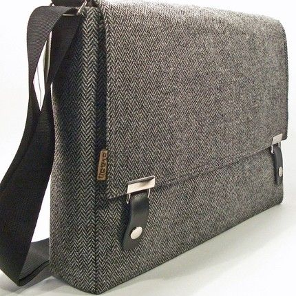 Simple messenger bag. Made from wool, and suitable for guys and girls.