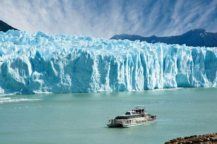 Le glacier PeritoMoreno, de 5000mètres de front et 60mètres de hauteur, est situé dans le parc national Los Glaciares de la province de Santa Cruz, enArgentine. Situé à 78kilomètres d'El Calafate, c'est l'un des glaciers les plus célèbres de la Patagonie argentine. Avec une surface de 250km2 et une longueur de 30kilomètres, il fait partie …