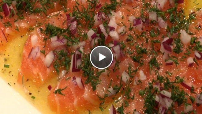ver de zalm. Pel en snipper de ui en snijd de dille. Strooi de ui en de dille over de zalm.Dit recept komt uit de aflevering over Stockholm van het...