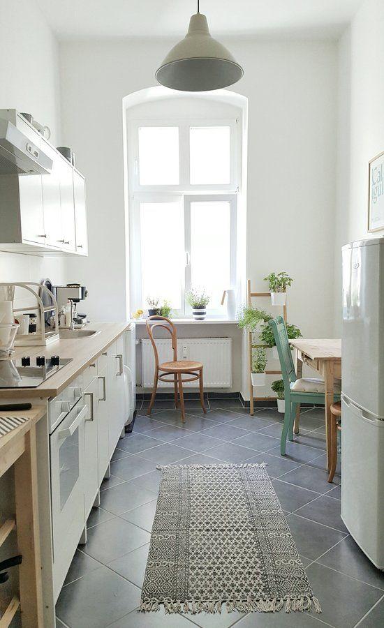 Der Fußboden meiner neuen Küche ist zwar nicht mehr im geliebten schwarz-weiß-Karo, aber dafür bietet sie viel Platz, Heiligkeit und Gemütlichkeit :wink: