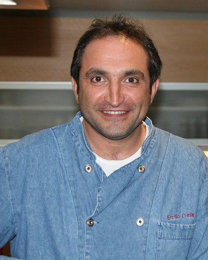 Emilio Deik Morrison, estudie Ingeniería Civil Industrial y oficio Empresario, me gusto siempre comer rico, y cuando me fui a vivir solo me intereso cocina