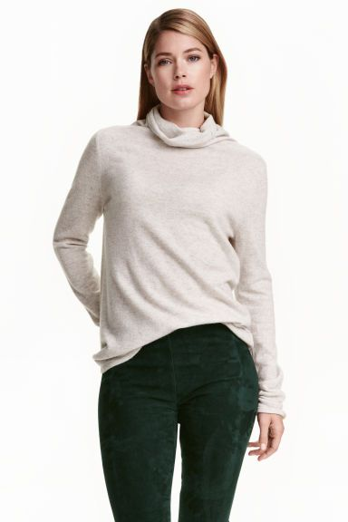 Cashmere polo-neck jumper: PREMIUM QUALITY. Straight-style polo-neck jumper in a soft, fine cashmere knit with dropped shoulders.