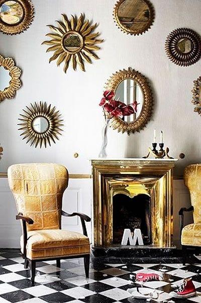 Effektfullt med många små vackra speglar på en vägg