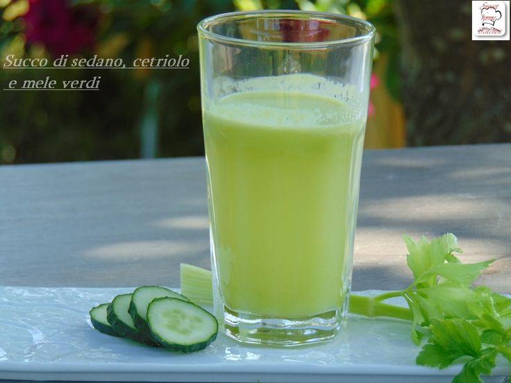 Il succo di sedano cetriolo e mele verdi è un succo disintossicante, depurativo, vitaminico e rafforza le difese immunitarie.