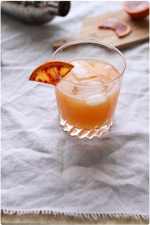 Le margarita classique se fait avec du jus de citron vert, mais je l'ai remplacé par une orange à jus un peu sanguine. Il faut deux alcools : de la tequila