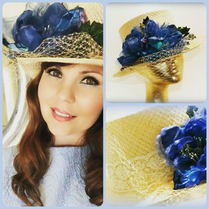 Look de fatima con chistera de flor azul