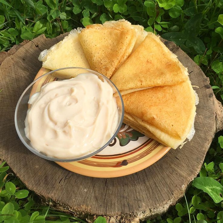 По воскресеньям у нас всегда особый завтрак. Сегодня блинчики на крахмале и совершенно невероятный карамельный крем. Он без яиц и без допов, без ароматизаторов, но действительно с карамельным вкусом и консистенцией заварного крема.  И крем, и блины по рецептам Юлии Атаевой. Для крема нам понадобится топленое молоко, его легко сделать из обезжиренного молока в мультиварке (6 часов на режиме Тушение/томление и 2 часа на подогреве). 420 мл топленого молока 6 г (1 ч. л. с горкой) агар-агара 900…