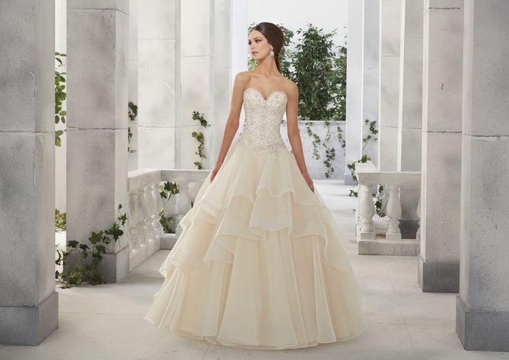 FIDELIA Połyskujący gorset i falbany sukni ślubnej Madeline Gardner Piękna warstwowa spódnica z tiulu i falban z organzy, które nadają …