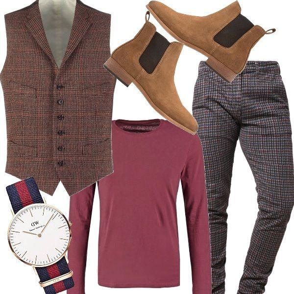 Outfit divertente per un uomo ironico e poco banale. Pantaloni chino, a quadri, gilet dai toni caldi, abbinato ad una shirt bordeaux, stivaletto taupe, effetto daino e orologio in netto contrasto con il resto del look, scegliendo un blu e un rosso a strisce.