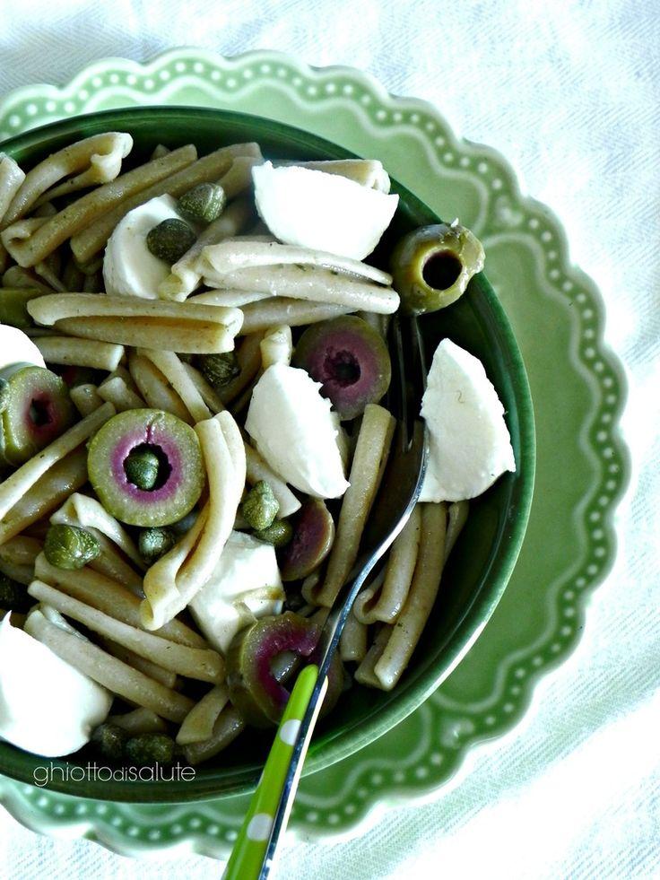 Caserecce di farro integrale con pesto, olive e mozzarella | Ghiotto di Salute