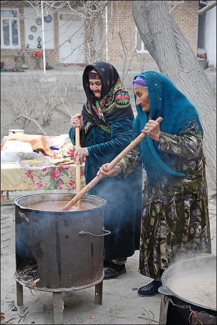 La préparation du Sumalak pour Navrouz (Ouzbékistan)    Navrouz (nouveau jour en farsi) est la fête du Printemps, elle est  célébrée le 21 mars dans de nombreux pays d'Asie centrale. Interdite à l'époque soviétique, elle existait pourtant avant l'Islam  et marque la nouvelle année. Les jeunes filles portent à cette occasion leurs costumes  traditionnels colorés, et leurs calottes décorées. Les jeunes garçons  sont en costume gris.