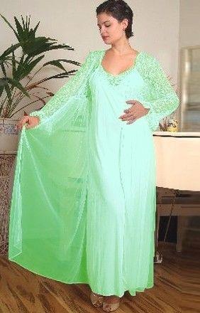 Ensemble coordonné déshabillé et nuisette longue. La couleur vert Caraïbes, extrêmement féminine et romantique invite aux voyages.