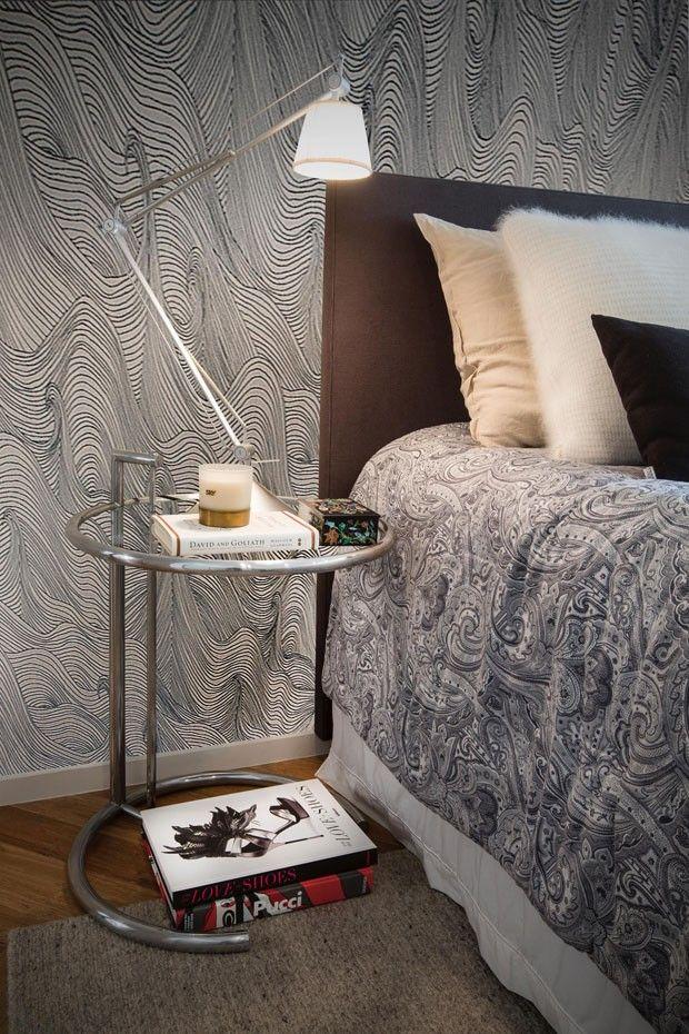 No quarto do casal, a mesa Eillen Gray serve de criado-mudo e recebe a luminária Tolomeu com cúpula média. Papel de parede garimpado pelos moradores, assim como a cabeceira. Tapete à venda na Botteh (Foto: Salvadore Bussacca/Divulgação)