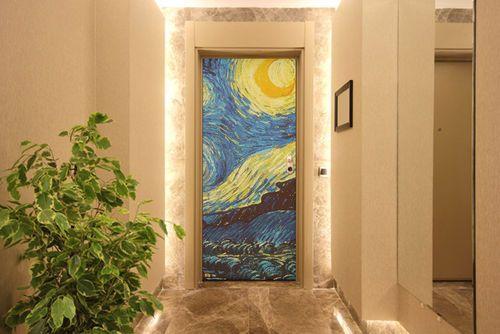 Stampa su legno per una porta trasformata in opere d'arte da attraversare.