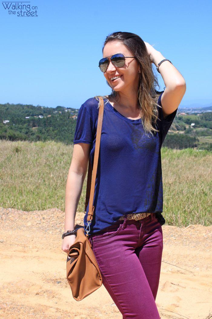 Look calça roxa blusa azul marinho bolsa caramelo óculos aviador espelhado