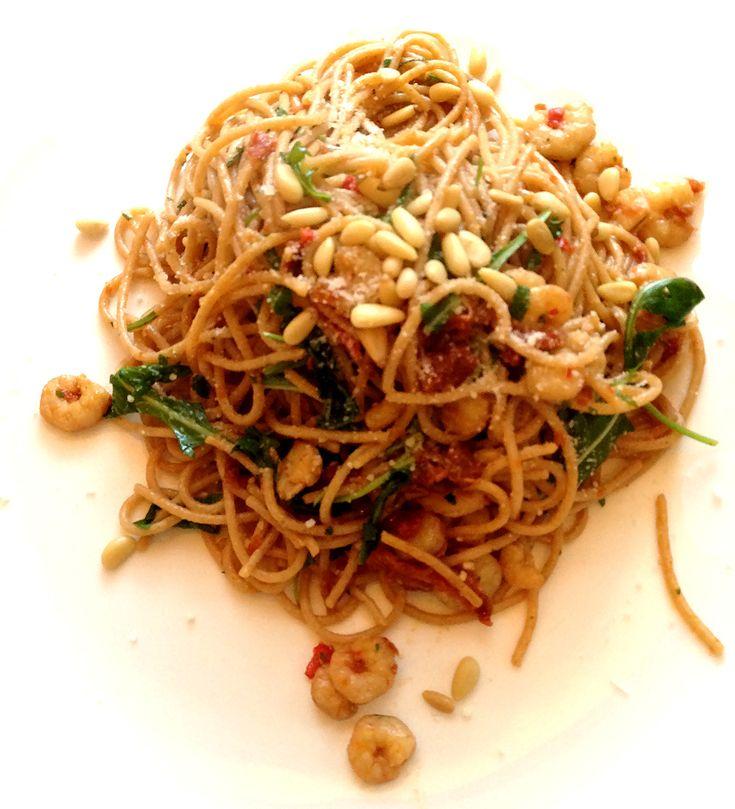Ik ben een groot van fan van volkoren pasta en spaghetti en probeer dan ook graag allerlei variaties uit. Zo kwam ik afgelopen weekend dit recept van Jamie Oliver tegen. Het resultaat: een super snelle, maar heerlijke spaghetti! Volkoren Spaghetti met Garnalen & Zongedroogde...