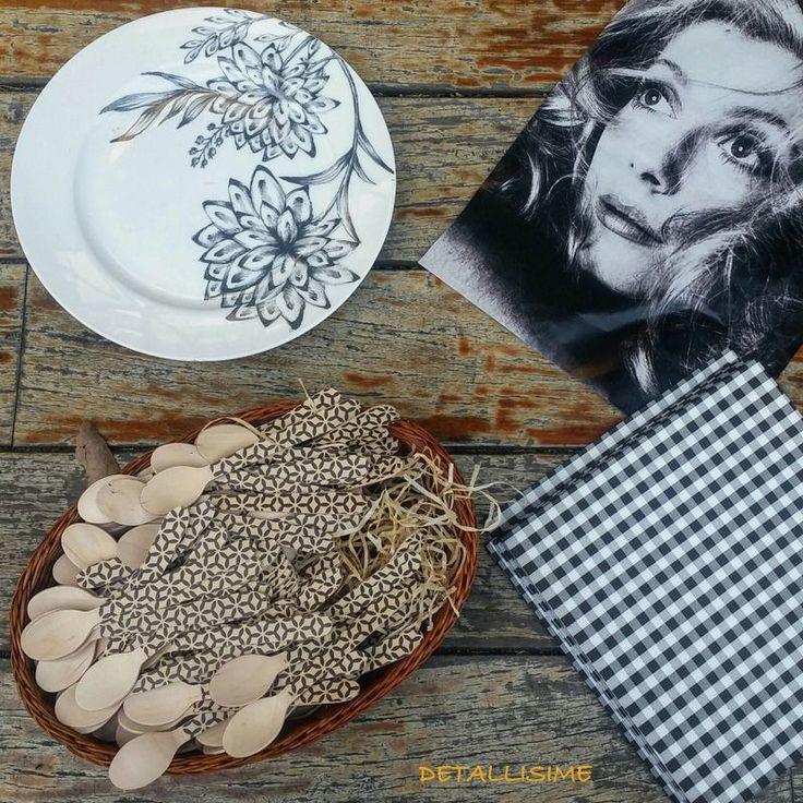 cucharitas de madera con estampado geométrico y servilletas de cuadritos vichy negros Pedidos y catálogo: detallisime@yahoo.es