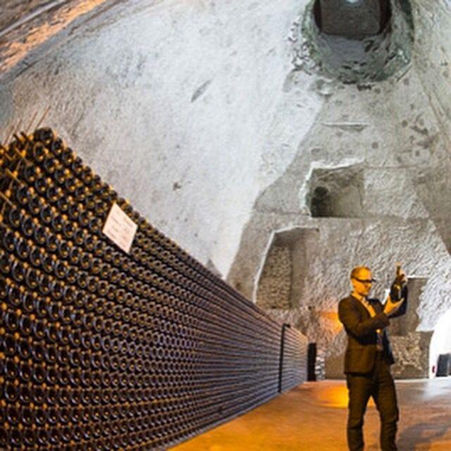 Подвалы #Шампани причислены к всемирному наследию ЮНЕСКО Египетские пирамиды, Тадж Махал и Большой #каньон – всё это объекты всемирного наследия  #ЮНЕСКО. В этом году #место рождения шампанского причислено к всемирному наследию и взято под защиту ЮНЕСКО. Это #улица Авеню де Шампань в городке Эперне, расположенном в центре Франции. Именно здесь расположены длинные #винные #погреба, благодаря микроклимату которых в XVII веке появилось знаменитое #игристое #вино.